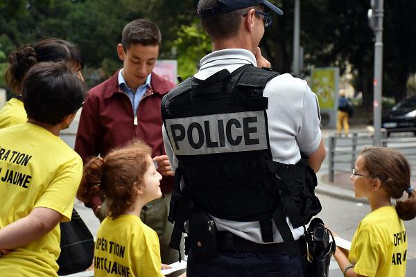 Sécurité routière : à Rouen, des écoliers distribuent des « cartons jaunes » aux piétons imprudents