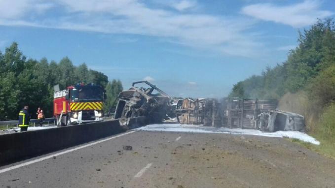 Le poids lourd s'est couché en travers de l'A29 et s'est enflammé - Photo @ Sanef/Twitter
