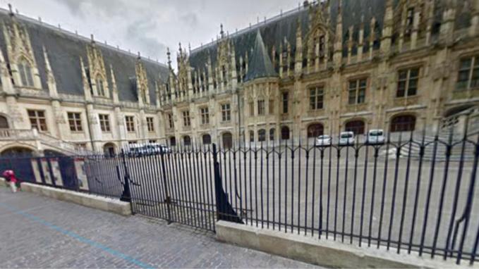La voiture s'est encastrée dans la grille du palais de justice, rue aux Juifs - Illustration