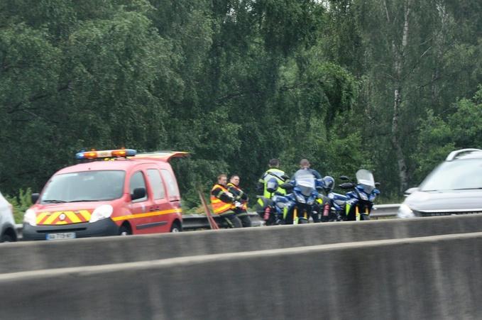 Les gendarmes des pelotons motorisés de Gaillon et de Bourg-Acharg, en charge de l'A13, ont procédé à la sécurisation des lieux durant l'intervention des secours - Photo © infoNormandie