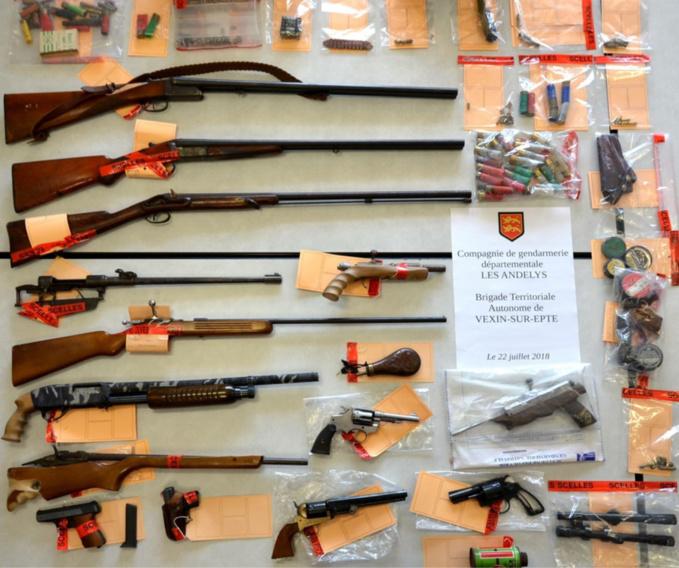 Plusieurs armes et des munitions ont été saisies au domicile du suspect - Photo © Gendarmerie de l'Eure
