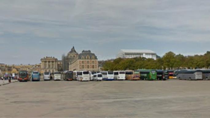 L'autocar était stationné sur la place d'Armes, près du château - Illustration