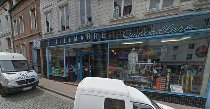 Le commando s'est attaqué à la devanture du magasin à coups de masse - Illustration © Google Maps