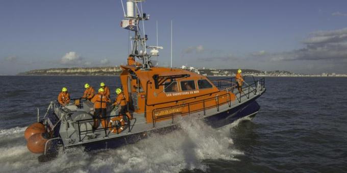 Les moyens de sauvetage déployés par la SNSM et les sapeurs-pompiers ont permis de récupérer les occupants du voilier en difficulté - Photo © Préfecture maritime/Twitter