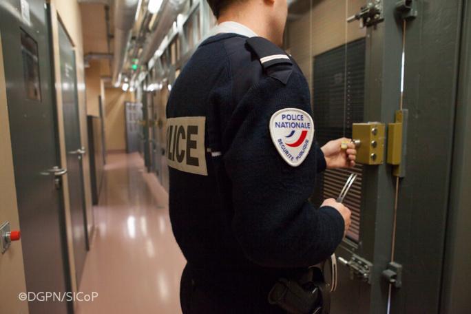 Les deux jeunes ont été placés en garde à vue au commissariat de Mantes-la-Jolie - Illustration
