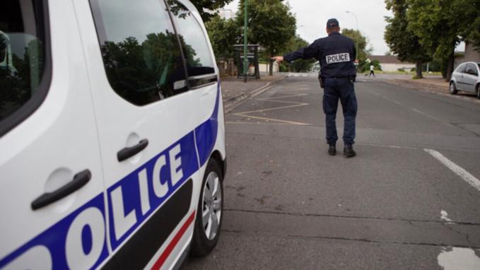 Les policiers procédaient à un contrôle routier lorsque l'homme les a insultés sans raison  - Illustration