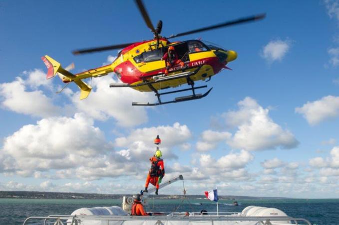 Dragon 76, l'hélicoptère de la sécurité civile, faisait partie des moyens engagés pour porter secours aux baigneurs en difficulté - Photo © Préfecture maritime / Twitter