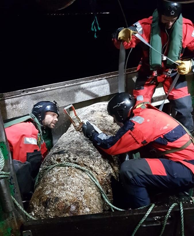 La munition d'environ une tonne a été remise à l'eau par sécurité après examen par les plongeurs-démineurs - Photo © Préfecture maritime