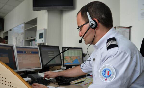 L'opérateur de police-secours a gardé l'enfant au téléphone, ce qui a permis de localiser l'appel et le domicile de la mère suicidaire - Illustration