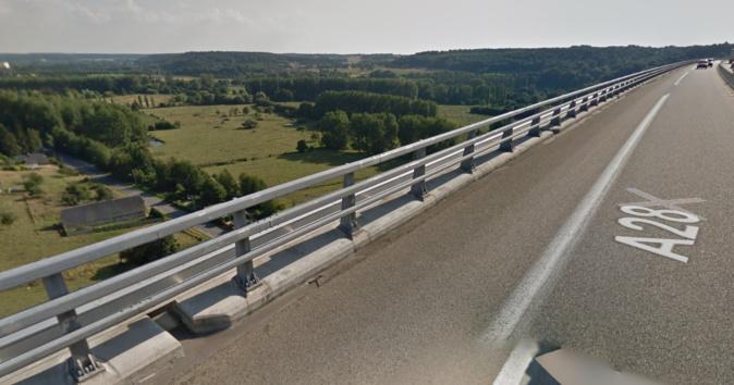 La femme était assise sur le bord du viaduc, les pieds dans le vide à environ 40 m de haut - illustration © Google Maps