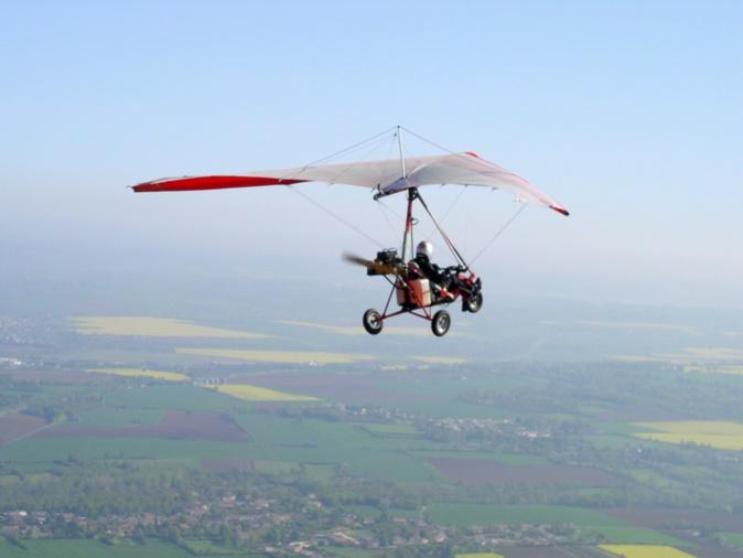 L'ULM (Ultra léger motorisé) volait à une dizaine de mètres du sol lorsqu'il a chuté pour des raisons ignorées - Photo d'illustration