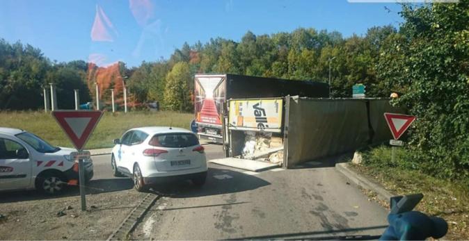 Le chargement du poids lourd va devoir être transvasé dans un autre camion. L'opération de relevage devrait prendre plusieurs heures - Photo @ Infos Trafic Rouen / Facebook