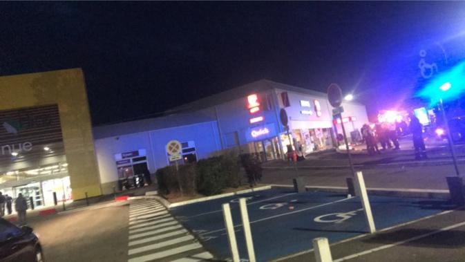 Le personnel et les clients de l'ensemble des magasins ont été évacués
