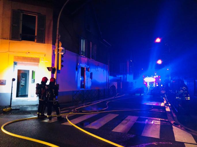 L'incendie a mobilisé une trentaine de sapeurs-pompiers et l'évacuation de 17 personnes - Photo © Karl Olive/Twitter