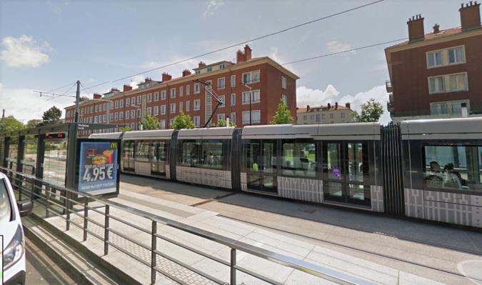 Le jeune homme a été percuté par le tramway au moment où il traversait les voies à l'arrêt Paul-Verlaine - Illustration © Google Maps