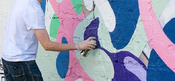 Le jeune homme a reconnu être à l'origine des dégradations commises avec une bombe de peinture - Illustration © Pixabay