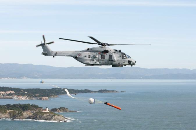 Les deux naufragés ont été hélitreuillés à bord de l'hélicoptère de la Marine nationale - Illustration © Préfecture maritime