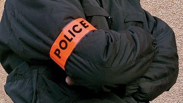 Attention : il ne suffit pas d'avoir un brassard ou une tenue ressemblant à celle que portent les policiers pour être un vrai policier - Illustration