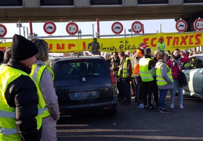 Les autoroutes ont été fortement perturbées parfois bloquées par les gilets jaunes en Normandie et en région parisienne (Photo du barrage filtrant sur l'A13 à Buchelay ©V.Q.)