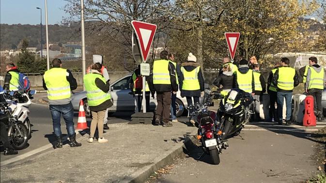 A Rouen, la circulation est très perturbée sur la Sud III et au rond-point de la Motte où des barrages sont installés depuis ce matin  - Photo © infonormandie