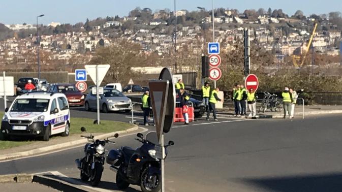 Barrage filtrant et blocage aujourd'hui au rond-point de la Motte à Rouen - Photo © infonormandie