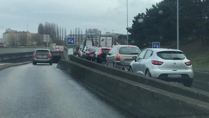 Barrage filtrant au rond-point de la Motte à la sortie de la Sud III à Rouen - Photo @ Infonormandie