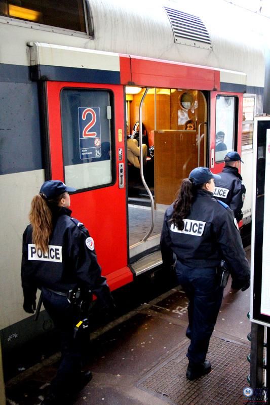 La fouille du sac par les policiers n'a rien révélé de suspect - Illustration