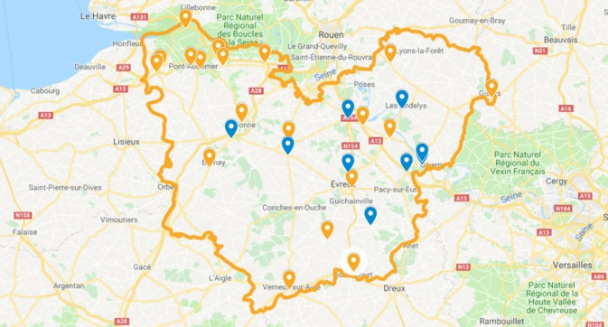 Les points de rassemblements (bleu) et les barrages filtrants (orange) recensés par la préfecture de l'Eure en milieu de l'après-midi