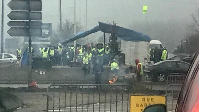 Un homme blessé au visage lors d'une chute à un rond-point des gilets jaunes près de Rouen