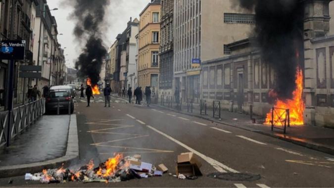 Comme il y a une quinzaine de jours, des poubelles ont été incendiées et du mobilier urbain endommagé - Illustration @ DDSP76 / Twitter