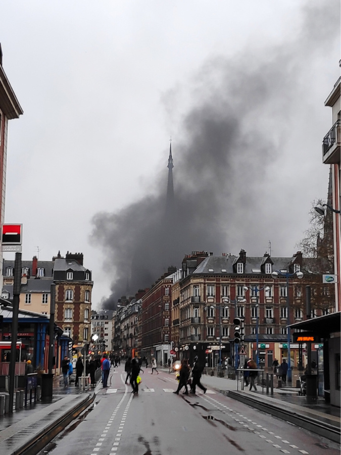 Des poubelles ont été incendiées cet après-midi dans le centre-ville de Rouen, comme le démontre ce panache de fumée visible de la place Saint-Marc - Photo © infonormandie