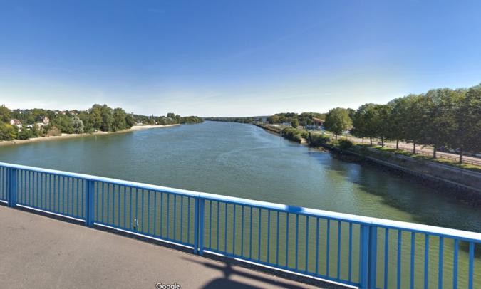 La pollution s'étend sur la largeur du fleuve et sur plusieurs kilomètres, selon les sapeurs-pompiers