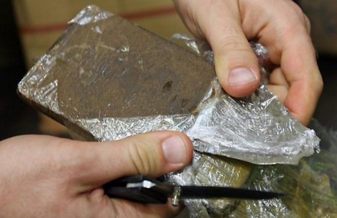 1 kg de résine de cannabis mais aussi de la cocaïne et de l'héroïne ont été découverts dans le logement du jeune homme  - Illustration
