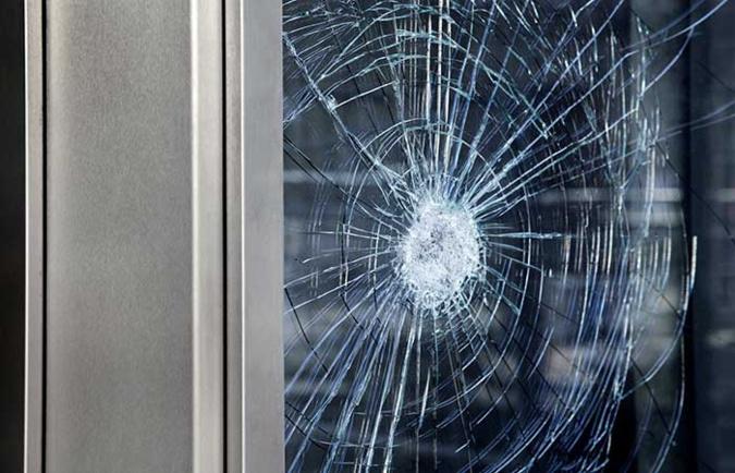Une dizaine de vitrines de commerces et de banques ont été impactees par des jets de pavés - Illustration @ D.R.