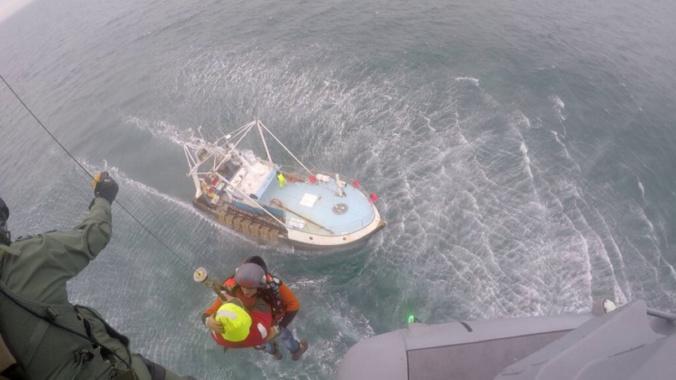 Le blessé a été hélitreuillé à bord de l'hélicoptère de la Marine nationale - Photo © Prémar/Twitter