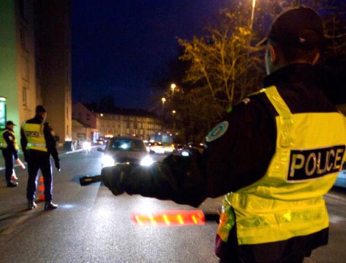 Plusieurs équipages de police ont tenté d'intercepter la voiture du fuyard. C'est finalement un abri-bus qui l'a stoppé - illustration © DGPN