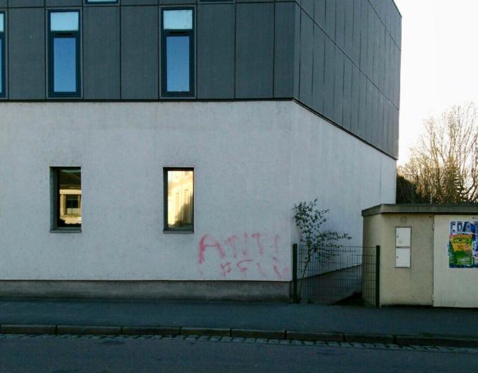 """Deux tags """"antiflic"""" ont été découverts, un sur le mur de la caserne de gendarmerie, un autre sur le trottoir devant cette même caserne - Photo © D.R."""