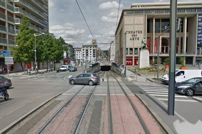 La Clio s'est retrouvée sur les voies du tramway prête à entrer dans le tunnel - Illustration @ Google Maps
