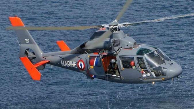 Les deux pêcheurs en difficulté ont été hélitreuillés à bord de l'hélicoptère Dauphin de la Marine nationale - Illustration @ Prémar