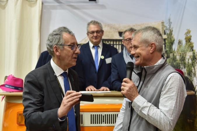Pascal Lehongre (ici à gauche) n'a pas manqué de féliciter chacun des lauréats  - Photo © CD27