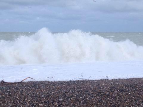 Rafales de vent et mer forte : des précautions sont à observer en mer et sur le bord de mer - Illustration @ infonormandie