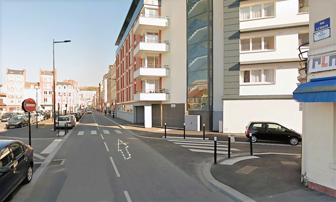 La sexagénaire traversait la rue Lesueur avec son chien sur le passage protégé. Elle a été percutée par la Chevrolet qui circulait dans la même rue (sens de la flèche) - illustration © Google Maps