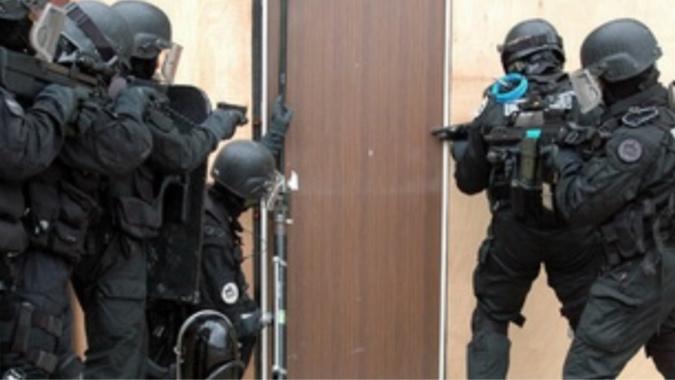 Les forces de l'ordre ont utilisé un door-raider pour ouvrir la porte du forcené - illustration @ Raid