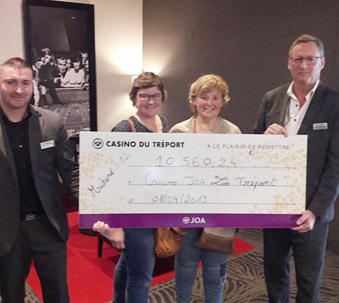 Christelle et Isabelle, les gagnantes, et Jérôme Fourrie, membre du comité de direction (à droite) et de Nicolas Mouquet, contrôleur aux entrées - Photo @ casino du Tréport