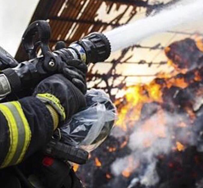 Face à la violence du feu et au risque de propagation, deux lances ont été nécessaires - illustration © DR