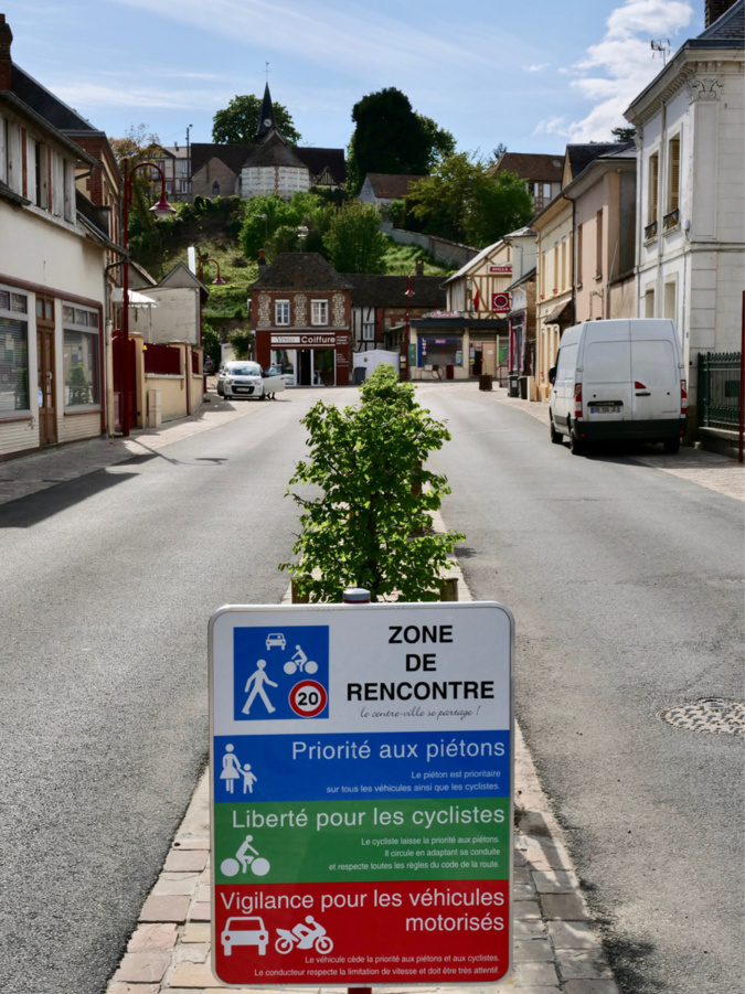 Limitée à 20 km/h, la zone dite de rencontre laisse la priorité à des déplacements doux, à pied ou à vélo - Photo @ CD27