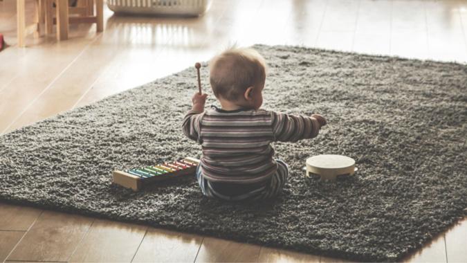 L'enfant a été découvert seul dans l'appartement, il était en pleurs lorsque les secours sont arrivés - Photo d'illustration @ Pixabay