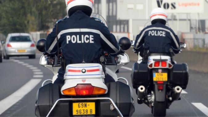 Les motards ont pris en chasse l'automobiliste qui a refusé d'obtempérer suite à une infraction au code de la route - illustration © Police/Twitter
