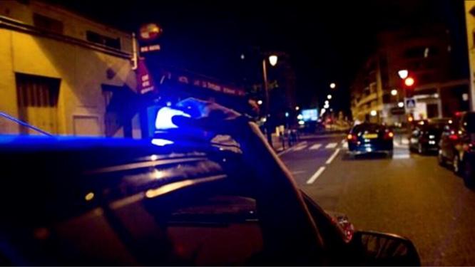 Les policiers de la brigade canine partaient sur une intervention lorsque leur véhicule banalisé, gyrophare allumé, a été percuté par une Mercedes qui ne s'est pas arrêtée au stop - Illustration