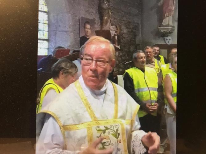 L'abbé Michel entouré de gilets jaunes dans l'eglise du Planquay dimanche matin - capture d'écran/Youtube